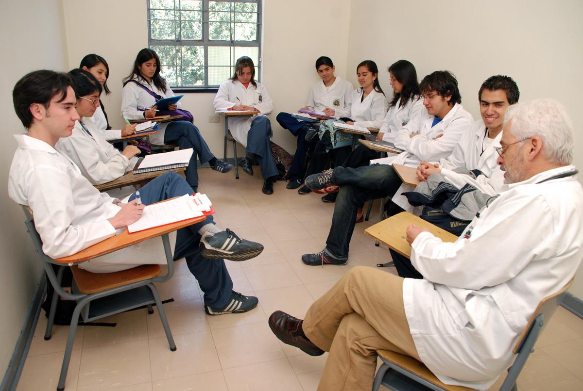 Jovensita estudiante medicina en el transporte bien rica